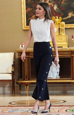 5 July 2018 - Queen Letizia attends audiences at Zarzuela Palace in Madrid - trousers by Hugo Boss Classy Work Outfits, Business Casual Outfits, Professional Outfits, Office Outfits, Work Fashion, Fashion Pants, Fashion Outfits, Womens Fashion, Fashion Design