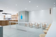 Image 7 of 12 from gallery of Blue Bottle Coffee Shinagawa Cafe / Schemata Architects. Photograph by Takumi Ota Coffee Cafe Interior, Coffee Shop Interior Design, Coffee Shop Design, Restaurant Interior Design, Cafe Design, Store Design, Diy Interior Doors, Blue Cafe, Blue Bottle Coffee