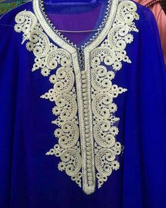 312 mentions J'aime, 1 commentaires - caftan marocaine (@caftan_maro) sur Instagram Embroidery Patterns Free, Gold Embroidery, Embroidery Fashion, Embroidery Dress, Embroidery Designs, Kaftan Gown, Kaftan Designs, Moroccan Caftan, Lace Tunic