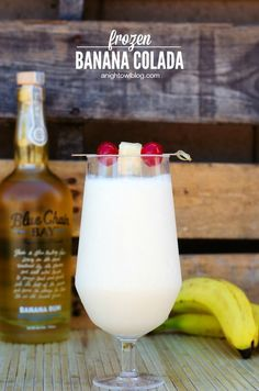 Banana Colada Frozen Banana Colada - an amazing combination of banana, banana rum, pineapple and coconut!Frozen Banana Colada - an amazing combination of banana, banana rum, pineapple and coconut! Snacks Für Party, Party Drinks, Cocktail Drinks, Fun Drinks, Beverages, Rum Cocktail Recipes, Pool Drinks, Summer Drinks, Mojito
