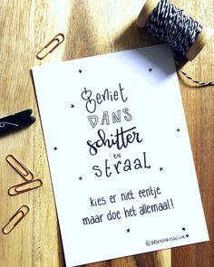 🌟 G E N I E T dans ✨ s c h i t t e r 💫 en STRAAL 🌟 Vier deze dag zo goed als je kan!🎉 We krijgen ZON! ☀️ Dus dat moet lukken!! 😙 van mij! ——— www.brievenbusgeluk.nl ——— . . . . . #quote #geniet #dans #schitter #straal #kaartje #zwartwit #interieurinspiratie #interieurstyling #woonaccessoires #woongeluk #interieurkaarten #inspiratie #positivevibes #blij #woorden #handlettering #brievenbusgeluk #handmadefont #handgeschreven #dutchlettering #geluk Words Quotes, Art Quotes, Qoutes, Sayings, My Journal, Bullet Journal, Mothersday Cards, Zentangle, Dutch Quotes