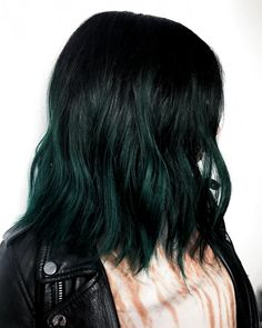 We switched up getbackjackthecat blue and now she s a witchy Forrest green pravanagreen mermaidhair unicornhair rainbowhair Green Hair Ombre, Green Hair Colors, Hair Dye Colors, Cool Hair Color, Short Green Hair, Emerald Green Hair, Dark Green Hair Dye, Black And Green Hair, Grey Ombre
