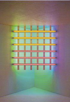 Dan Flavin, Titel: In honor of Harold Joachim, 1977, Rose, geel, blauw en groen fluoriserend licht  244 cm lange buizen