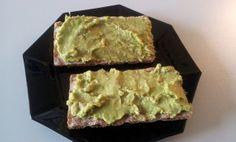 Cibo95 hat sich mittags für eine Brotvariante entschieden, die gleichzeitig lecker und auch gesund ist: Knäcke mit Avocado