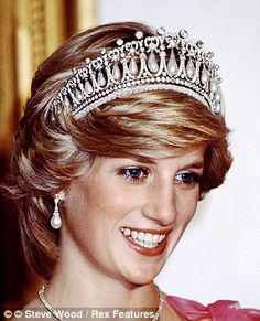 Diana wearing the piece at a royal event in the early 1990s...