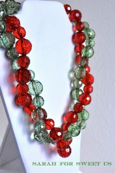 Make a festive Christmas necklace using this jewelry making necklace tutorial. This is great for holiday parties and holiday gift giving ideas! Diy Jewelry Projects, Jewelry Crafts, Jewelry Ideas, Beading Projects, Jewelry Supplies, Beading Patterns Free, Jewelry Patterns, Green Necklace, Diy Necklace