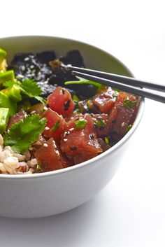 This Hawaiian poke recipe takes only 5 minutes to make. A super easy recipe, poke is found everywhere in Hawaii and so healthy and gluten-free. Fish Recipes, Seafood Recipes, Asian Recipes, Healthy Recipes, Hawaiian Dishes, Hawaiian Recipes, Hawaiian Poke, Slow Cooker Recipes, Meals