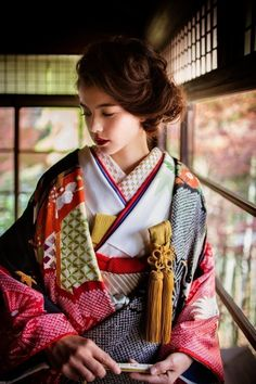 『幔幕疋田松に鶴』松と鶴のおめでたい柄ゆきに、疋田紋様を染め上げた一着。黒と赤の大胆な色使いと構図の一方で、古典的な紋様が繊細に描かれており、可愛らしさと高級感を兼ね備えています。