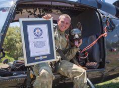 Arrow, le chien parachutiste, et son coéquipier Henry Holsthyzen