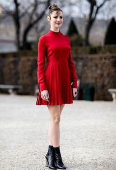 Ou ainda contrastar a cor da bota com o vestido (Foto: Imaxtree)