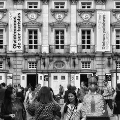 Escenas de Madrid... #madrid #places#lugares #people#gente#urbanscenes#escenasurbanas#monocromo #igersmadrid_bn #building #arquitectura #HuaweiP20Pro @huaweimobileesp #spring #primavera #meninas