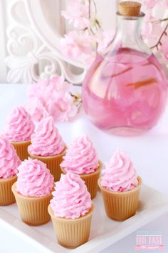 Mini Cupcakes - Com cores suaves e aroma leve, esta linha é encantadora e com perfeita harmonia, além de estar cheia de doces que dão água na boca só de olhar. O perfume ficou por conta da seguinte combinação de essências: 30% Any Dolls, 30% Bobo Shower, 20% Merengue e 20% Pêra; os ativos para compor a linha foram Extrato de Aveia e Leite de Cabra, Manteiga de Karité e Óleo de Semente de Uva.