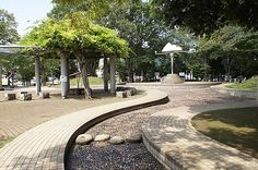 Right on the border with Tokyo Aobadai Park in Asaka has a great splash and wading pool. 青葉台公園のじゃぶじゃぶ池