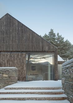 An apparently modest house in a fairytale location by a lake in Scotland Haysom Ward Miller Architects? Lochside House was recently named RIBA House of the Year Grand Designs Houses, Larch Cladding, Piscina Interior, House Names, Modern Barn, House In The Woods, Modern House Design, Modern Architecture, New Homes