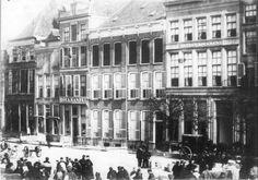 Melkmarkt noordzijde gezien vanaf de Grote Markt, dus uit het zuidoosten met een Berline-koetsje voor het Heerenlogement van J.G. Jansen.