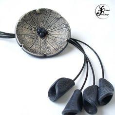 Sautoir fleur imitation céramique bleu marine en pâte polymère  : Collier par latelierdesakuya