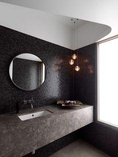 salle de bains 2015: mosaïque noire, suspensions et lavabo encastré