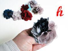 Stellen Sie sich aus den gezeigten Blüten, Clips und Broschennadeln Ihr persönliches Blüten-Accessoire zusammen.  - 2 Blütenteile, d.h. bis zu 2 ...