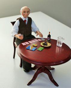 Ich möchte euch Norman vorstellen. Er ist in seinem gewohnten Platz in der Kneipe genießen ein Bier und eine Packung Chips, während eine Spiel Karten. Seine Kleider sind handgenäht und Norman wurde von Hand geformt in Fimo. Er ist verdrahtet an Armen und Beinen, kann also leicht gestellt werden. Er wurde lackiert mit Genesis Heat Set Farben für Beständigkeit.  Norman ist ein Miniatur Puppenhaus Puppe im Maßstab 1: 12 (ein Zoll). Er wurde in einer sitzenden Position erstellt und nicht…