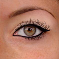 Maquillage pour yeux en amande (eyeliner + mascara).