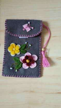 Easy Handmade Gifts, Handmade Felt, Felt Embroidery, Embroidery Patterns Free, Sewing Stitches By Hand, Felt Phone Cases, Pochette Portable, Clown Crafts, Penny Rug Patterns