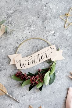 DIY: Winter-Kranz mit Lettering aus Balsaholz | mein feenstaub Christmas Time, Merry Christmas, Diy Fimo, Aperture Photography, Winter Diy, Ard Buffet, Diy Gifts For Friends, Diy Blog, Lettering
