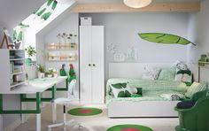Keskikokoinen lastenhuone, jossa valkoinen levitettävä sänky. Sängyssä petivaatteet, joissa vihreää ja valkoista. Huoneessa kaksi työpöytää, jotka voi säätää kolmelle eri korkeudelle.
