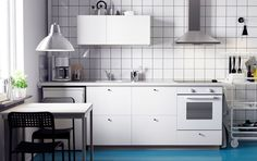 A white METOD kitchen with HÄGGEBY fronts, a white SÄLJAN worktop, LAGAN oven and LUFTIG extractor.