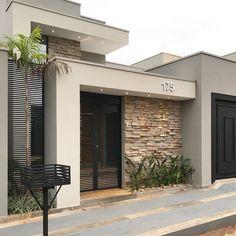 100 fachadas de casas modernas e incríveis para inspirar seu projeto Modern Exterior, Exterior Design, Garage Exterior, Facade Design, Garage Doors, Facade House, House Facades, House Front, Modern House Design