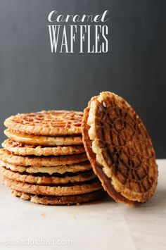 A recipe for caramel syrup waffles called stroopwafels. Recipe for dutch syrup or caramel waffels, stroopwafel recipe Köstliche Desserts, Delicious Desserts, Dessert Recipes, Yummy Food, Churros, Stroopwafel Recipe, Pizelle Recipe, Pancake, Gastronomia