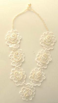 Necklaces Diy Collier fleurs et dentelle Lace Earrings, Lace Necklace, Lace Jewelry, Fabric Jewelry, Wedding Jewelry, Diy Jewelry, Jewelry Box, Jewelery, Vintage Jewelry