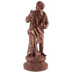 """ESCULTURA EN BRONCE Escultura en bronce de caballero apoyado en un taburete. Marca """"ARTS"""". Medidas: 61 x 22 x 18 cm."""