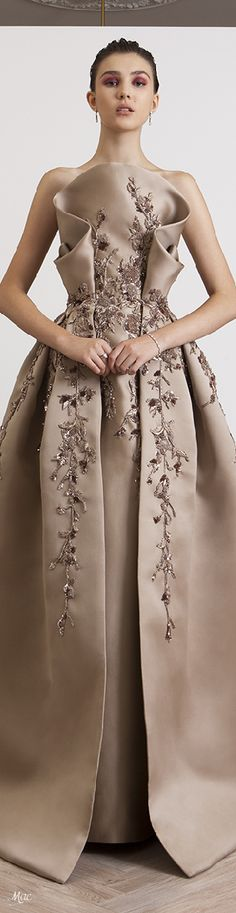 Spring 2018 Azzi & Osta | Marie De' Medici Collection Oscar Gowns, High Fashion Dresses, Haute Couture Dresses, Formal Gowns, Fashion Models, Women's Fashion, Beautiful Gowns, Nice Dresses, Evening Dresses