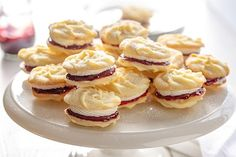 Jemne krehké sušienky s maslovým krémom a malinovým džemom. Buttercream Filling, Vanilla Buttercream, Mary Berry Buttercream, Mary Berry Viennese Whirls, Mushroom Wine Sauce, E Claire, Cupcake Icing, Cupcake Cakes, Cupcakes