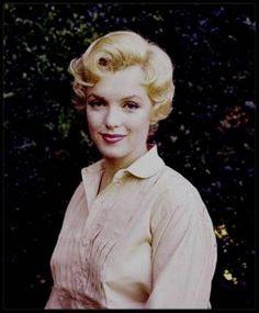 """26 Juin 1956 / Marilyn lors du tournage du film """"The Prince and the showgirl"""" vue par Milton GREENE. Le tournage débuta en Juillet 56, et la production du film s'acheva le 17 Novembre 1956. Le film sortira en 1957. / 31 AOUT 1956 / Milton GREENE appela Irving STEIN, avocat des """"Marilyn MONROE Productions"""", pour lui annoncer que Marilyn était enceinte. Un gynécologue venu à Parkside House confirma la grossesse. Angoissée à l'idée de perdre son bébé, Marilyn se mit à boire, ajoutant le…"""