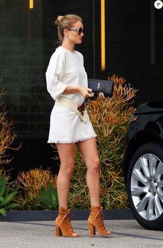 Exclusif - Rosie Huntington-Whiteley à West Hollywood, porte une robe blanche en bourette soie Isabel Marant Étoile (modèle Harry) et des chaussures en daim Gianvito Rossi (modèle Brooklyn). Des lunettes de soleil Jimmy Choo et un sac Saint Laurent accessoirisent sa tenue. Le 29 mars 2016.