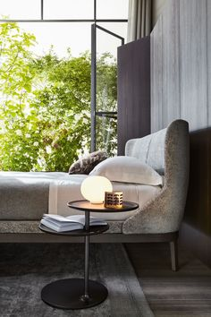 Fulham Road, in the heart of the City of London, gives its name to the bed that the Milanese designer has created. City Of London, Headboard Designs, Residential Interior Design, Design Moderne, Small Tables, Headboards For Beds, How To Make Bed, Bed Design, Design Shop