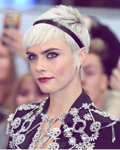 Cara Delevingne and Gwen Stefani are the mane fashion rulers of the summer with perfectly pure platinum strands. At-home maintenance is the key to creating a perfect pure blonde and keeping the hair in the healthiest condition possible with maximum shine. Classic Hairstyles, Spring Hairstyles, Pixie Hairstyles, Pixie Haircuts, Cara Delevingne, Short Hair Cuts, Short Hair Styles, Asymmetrical Pixie Cuts, Blake Lively Hair