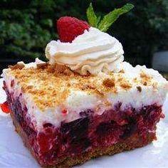 Many Summer Dessert Recipes Raspberry Icebox Cake - What a lovely refreshing dessert for those hot summer days. Desserts Rafraîchissants, Icebox Desserts, Icebox Cake Recipes, Raspberry Desserts, Refreshing Desserts, Frozen Desserts, Summer Desserts, Delicious Desserts, Dessert Recipes