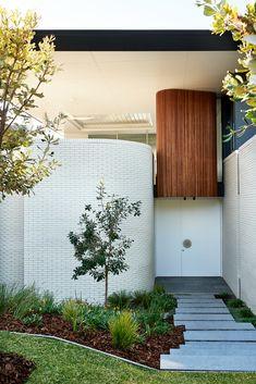 A Palm Springs inspired beach house in Noosa Palm Springs Houses, Palm Springs Style, Beach Houses, Fresco, Architect House, Facade House, Mid Century House, Cladding, Exterior Design