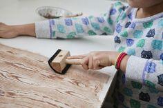 Vous êtes à la recherche d'une façon astucieuse pour mettre en valeur vos meubles, vos murs ou votre porte d'entrée métallique ? La peinture effet bois est