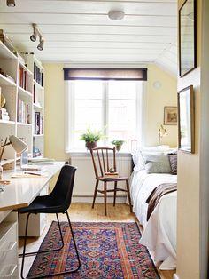 Dormitorio individual con zona de estudio.