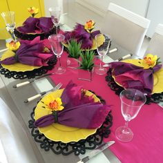 Colorful tablescape for a festive event Party Decoration, Table Decorations, Table Setting Inspiration, Table Manners, Beautiful Table Settings, Table Set Up, Elegant Table, Table Arrangements, Deco Table
