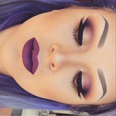 Lipstick. Purple. Rouge à lèvre. Violet.Mauve. Eyebrow. Eye shadow. Fard à paupières. Sourcils.