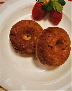 Beignets cuits au four à l'érable trempés dans...le sirop d'érable! Bagels, Doughnut, Donuts, Biscuits, Muffins, Dessert Recipes, Favorite Recipes, Sweets, Bread