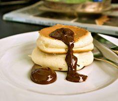 Αφράτες γιαπωνέζικες τηγανίτες σουφλέ - ιαπωνικά pancakes Japanese Pancake, Pancakes, Chocolate, Breakfast, Sweet, Food, Crepes, Griddle Cakes, Hoods