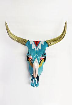 New Painting Animal Skulls Horns Ideas Deer Skull Art, Cow Skull Decor, Painted Animal Skulls, Aztec Decor, Buffalo Skull, Cow Head, Antler Art, Bull Skulls, Skull Painting