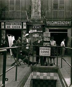 Napoli, 1955 (notare il cartello: ritirata comunale, per sole donne)