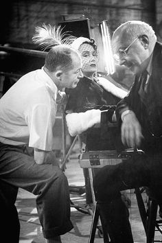 'Sunset Boulevard' Director Billy Wilder talking with actress Gloria Swanson and Cecil B. DeMille during the shooting of the movie 'Sunset Blvd', photographed by Allan Grant, Old Hollywood Glamour, Golden Age Of Hollywood, Vintage Hollywood, Hollywood Stars, Classic Hollywood, Hollywood Studios, Akira, Sunset Boulevard, Divas