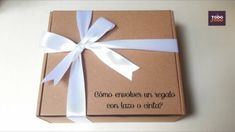 😍Cómo envolver un regalo con cinta o lazo? WRAP GIFTS. Decorar caja de r... Creative Gift Wrapping, Creative Gifts, Diy Crafts For Gifts, Paper Crafts, Sweet Delivery, Bee Shop, Boxes And Bows, Paper Gift Bags, Wedding Wraps